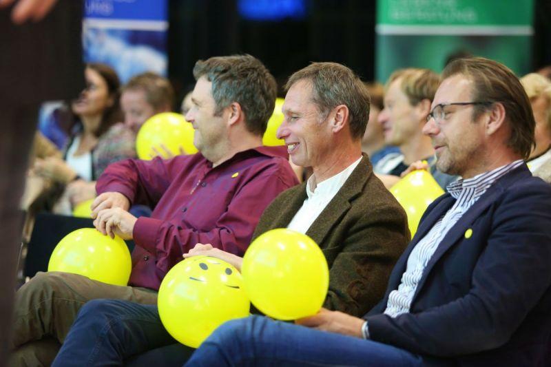 Linz-WKOO-Zuhorer-vorn-Luftballon-lacheln