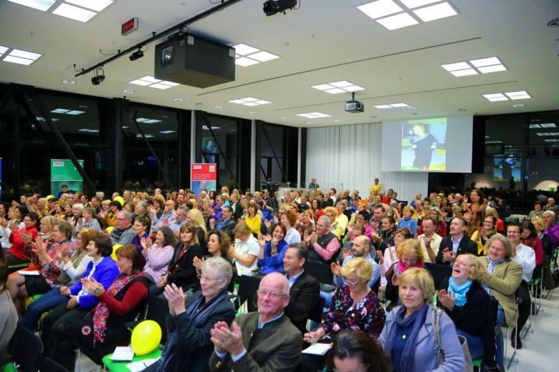 Linz-WKOO-Zuschauer-lachen-und-klatschen-lea